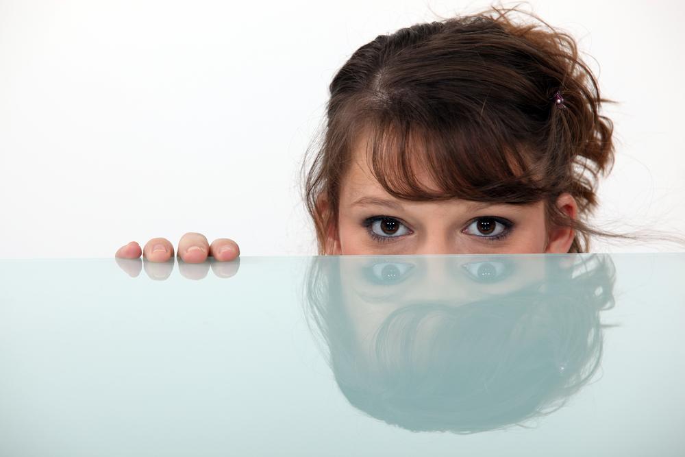 vrouw achter een tafel van glas