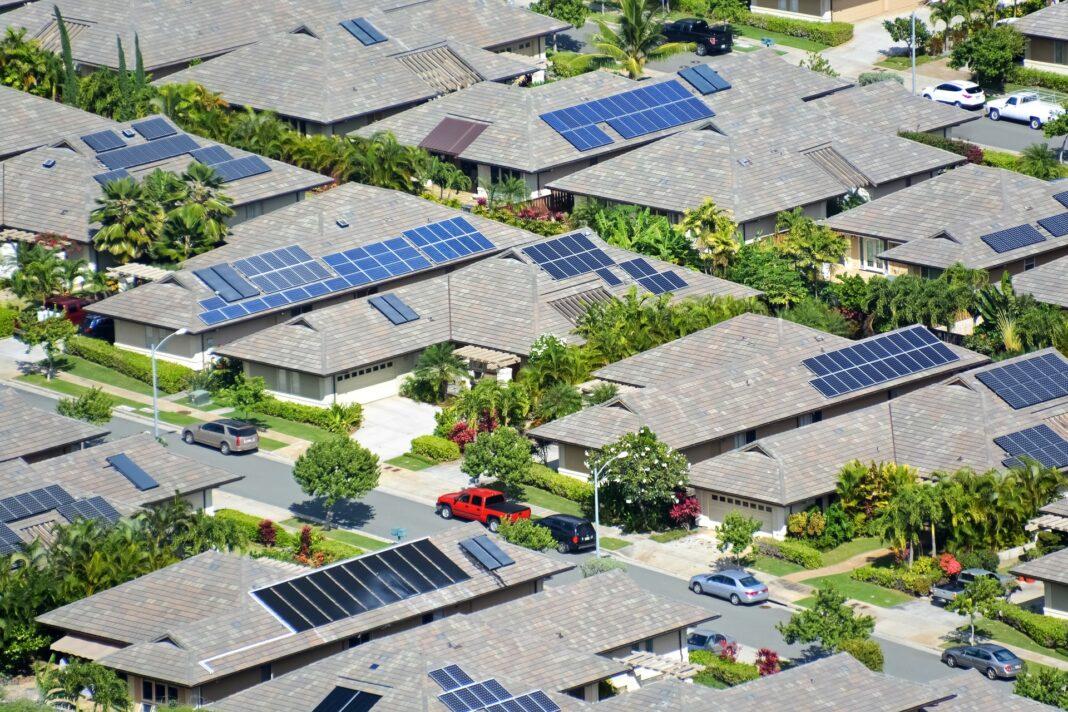 huizen met zonnepanelen